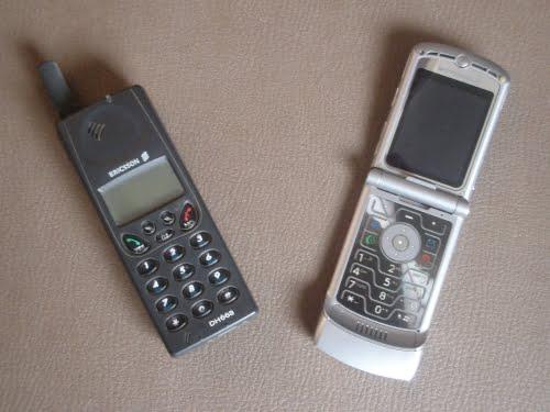 Evolución del celular, un Ericsson DH668 junto a un Motorola V3