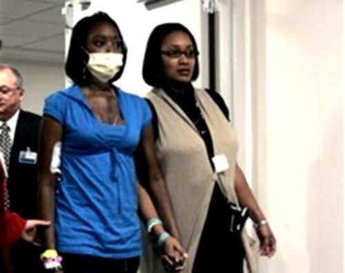La paciente DZhana Simmons y su madre