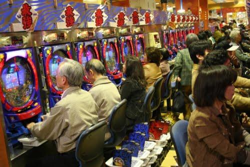 Personas jugando en un casino