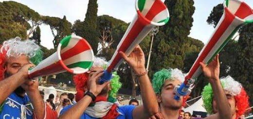 Hinchas de fútbol tocando vuvuzelas