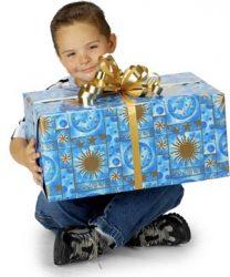 Niño con regalo